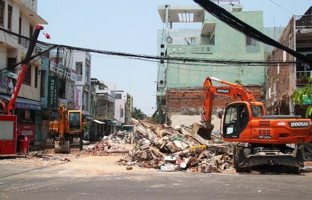 Lực lượng cứu hộ đang nỗ lực dọn dẹp đóng đổ nát