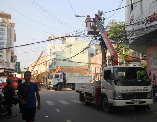 Ngành điện lực Bình Định đang nỗ lực sửa chữa để đóng liện cho người dân