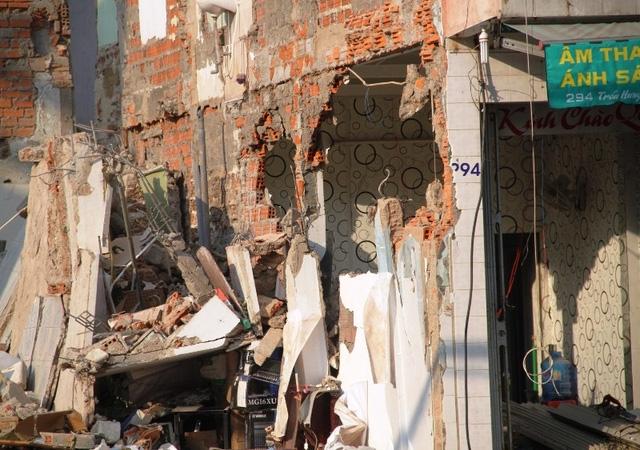Vách tường nhà ông Phát sát ngôi nhà sập cũng bị sập, hư hỏng nên gia đình ông phải dọn tới nhà người thân ở