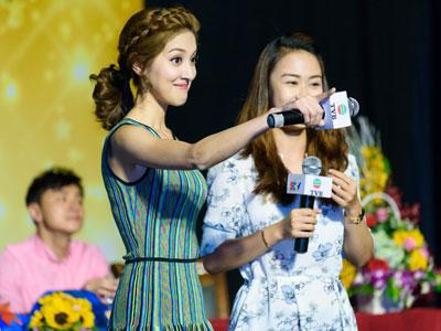 Hoa hậu Hong Kong và sao TVB vui vẻ giao lưu với sinh viên Việt