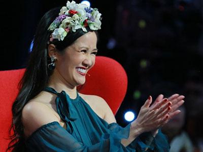Hồng Nhung đội vòng hoa trên ghế giám khảo