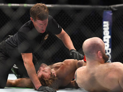 UFC: Võ sĩ tắt thở, trọng tài ngó lơ,
