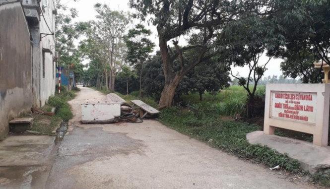 Các ngõ vào thôn Hoành bị chặn kín - Ảnh: Dương Liễu