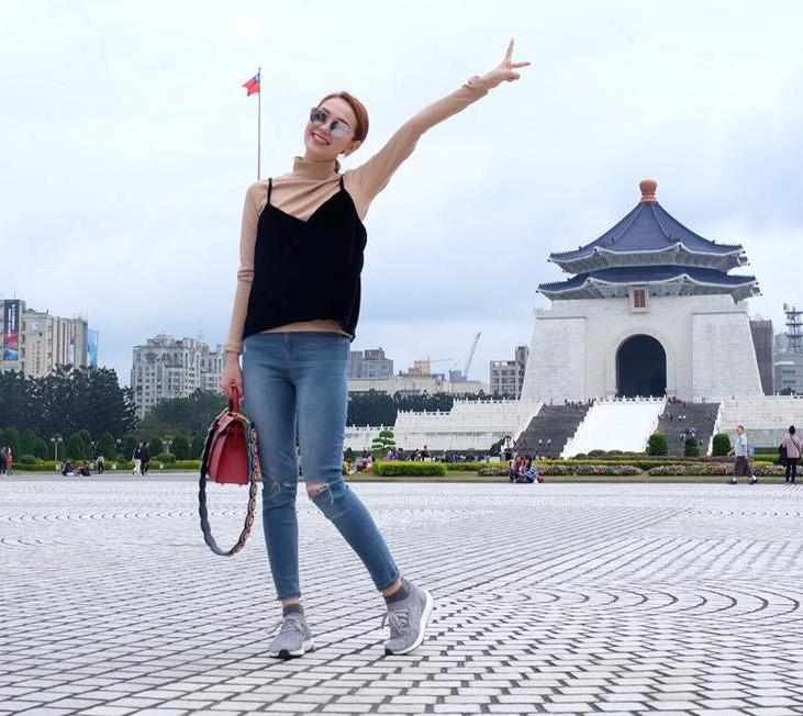 BST jeans rach giup Minh Hang an gian tuoi hinh anh 2