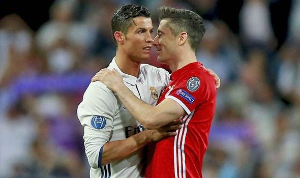 Ronaldo ga gam Lewandowski ve Real ngay tren san hinh anh 1