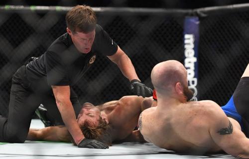 """UFC: Võ sĩ tắt thở, trọng tài ngó lơ, """"Bụt"""" xuất hiện - 1"""