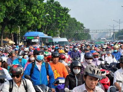 """Nhiều """"thủ phạm"""", sao chỉ cấm xe máy?"""