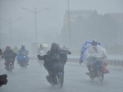 Mưa xối xả, cuốn trôi xe máy đang lưu thông trên đường phố Sài Gòn