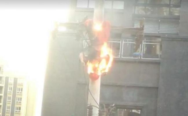 Điện bất ngờ bị rò rỉ trong lúc sửa chữa, người đàn ông biến thành bó đuốc sống giữa không trung - Ảnh 1.