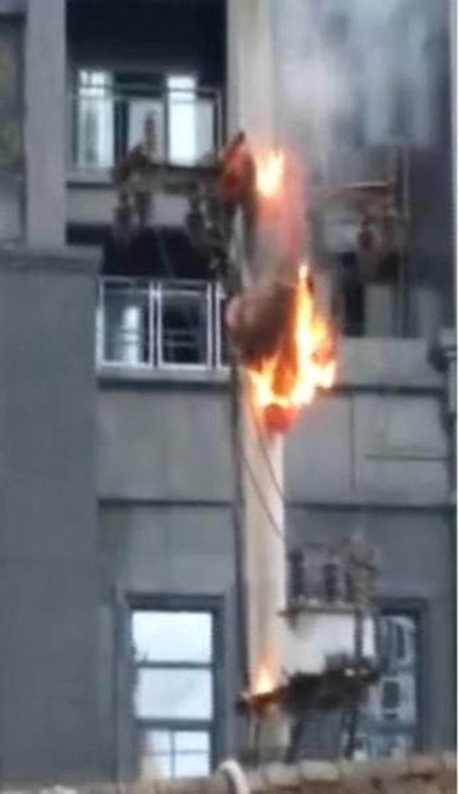 Điện bất ngờ bị rò rỉ trong lúc sửa chữa, người đàn ông biến thành bó đuốc sống giữa không trung - Ảnh 2.