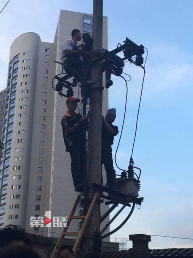 Điện bất ngờ bị rò rỉ trong lúc sửa chữa, người đàn ông biến thành bó đuốc sống giữa không trung - Ảnh 5.