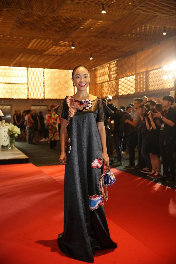Ca sĩ Đoan Trang có mặt rất sớm để ủng hộ show diễn của nhà thiết kế Thuỷ Nguyễn.