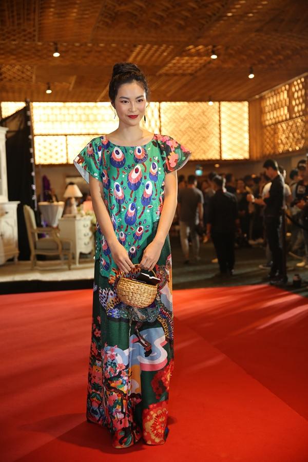 Helly Tống điệu đà cùng váy in hoạ tiết mùa hè.