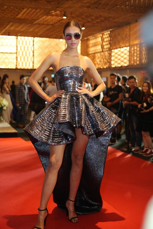Nguyễn Oanh khoe vai trần cùng váy ánh kim bắt mắt.