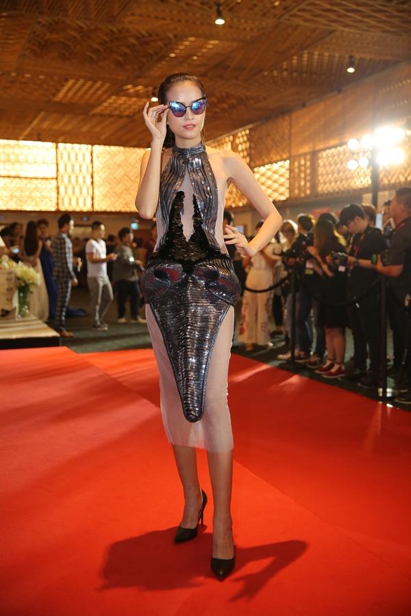 Ngọc Châu gây ấn tượng với váy xuyên thấu được tạo khối lạ mắt.