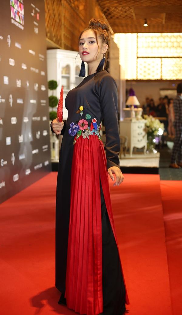 Hoàng Yến cũng chọn trang phục theo phong cách đằm thắm để khoe sắc bên dàn sao.