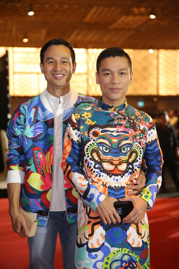 Sơn Đoàn và nhà thiết kế Adrian Anh Tuấn.