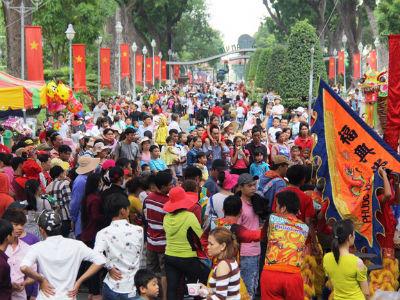 """Nghỉ lễ, hàng ngàn gia đình ùn ùn kéo nhau đi chơi khiến Thảo Cầm Viên, Công viên nước Hồ Tây như """"vỡ trận"""""""
