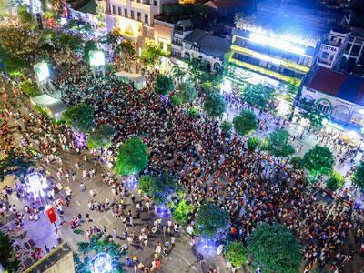 Biển người đổ về phố đi bộ Nguyễn Huệ đêm 30/4