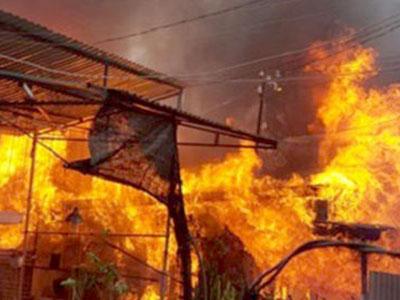 Cháy nhà trên Quốc lộ 4D đi Sa Pa, giao thông ùn tắc