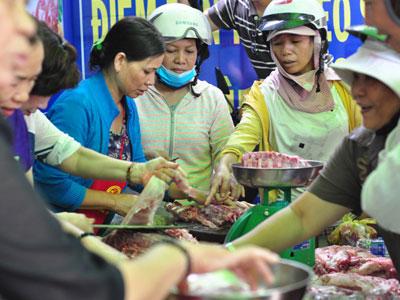 Chen nhau mua thịt giá rẻ