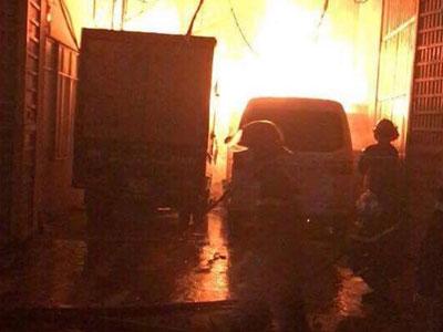 Hà Nội: Cháy kho chứa vật liệu quảng cáo trong đêm, ngọn lửa bốc cao lên tới 2 tầng nhà