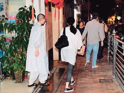 Lưu Đức Hoa mời 148 tăng sư đến lễ vì chưa thể đi lại