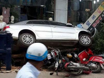 """Hà Nội: Ô tô """"điên"""" đâm đổ cây, cuốn hàng loạt xe máy vào gầm"""