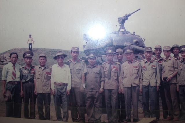 Ông Ngô sỹ Mậu (áo trắng) trong lần cùng đồng đội thăm lại chiến trường xưa