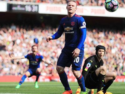 Rooney lê bước rời Old Trafford