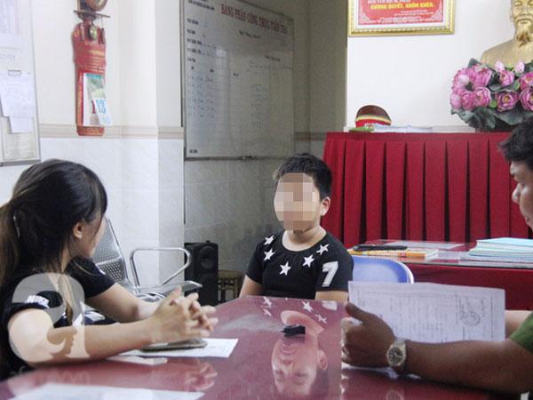 Con trai 9 tuổi đi lạc được tìm thấy nhưng mẹ bận không đón, công an phường phải đưa đi xác minh