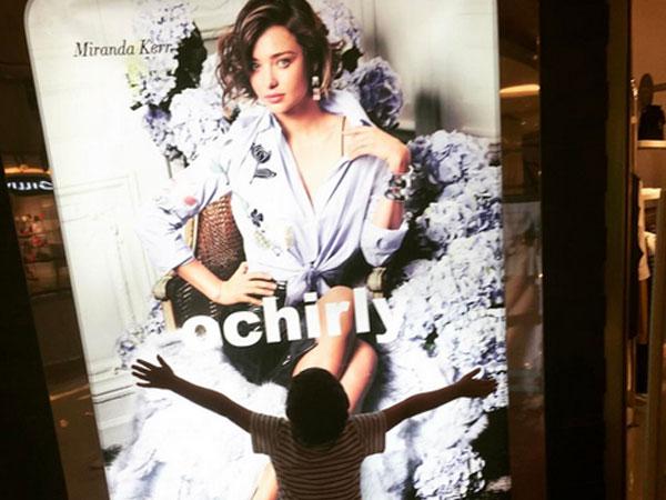 Con trai ôm chầm poster chân dung Miranda Kerr ở trung tâm thương mại
