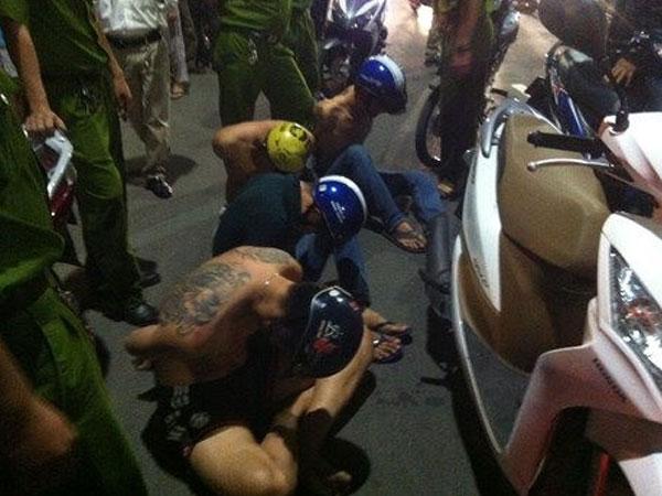Cảnh sát nổ súng trấn áp nhóm thanh niên phá ở trụ sở công an