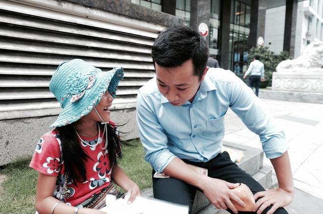 Anh nhân viên ngân hàng dành giờ nghỉ trưa mỗi ngày để dạy chữ cho cô bé vé số ngay trên vỉa hè Sài Gòn - Ảnh 1.