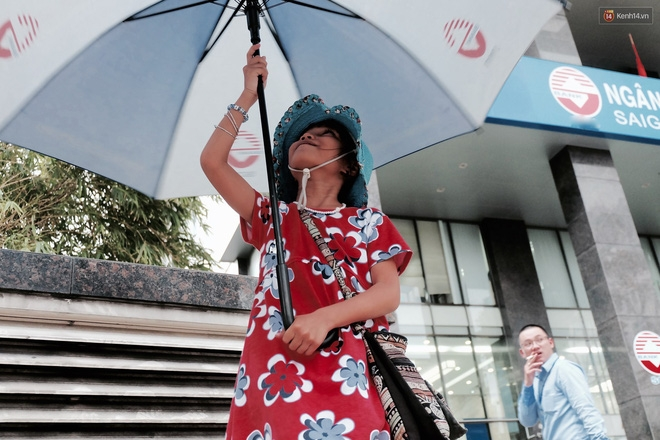 Anh nhân viên ngân hàng dành giờ nghỉ trưa mỗi ngày để dạy chữ cho cô bé vé số ngay trên vỉa hè Sài Gòn - Ảnh 4.