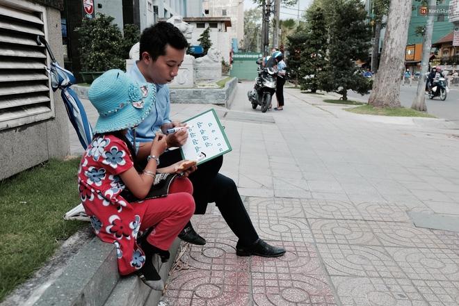 Anh nhân viên ngân hàng dành giờ nghỉ trưa mỗi ngày để dạy chữ cho cô bé vé số ngay trên vỉa hè Sài Gòn - Ảnh 12.