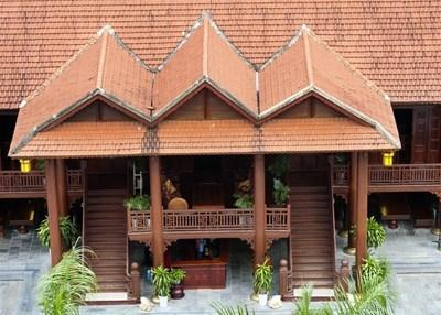Ngôi nhà sàn này gồm có 7 gian gỗ lim có chiều cao 11 mét, gồm có 16 cột cái bằng gỗ lim nguyên khối có đuờng kính 45 cm.