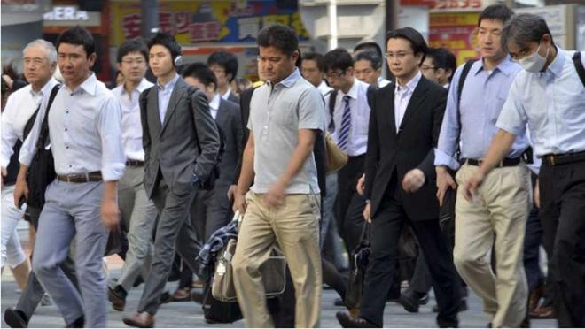 Không rượu, không xe, không nghiện việc, đàn ông Nhật đang làm gì? - Ảnh 1.