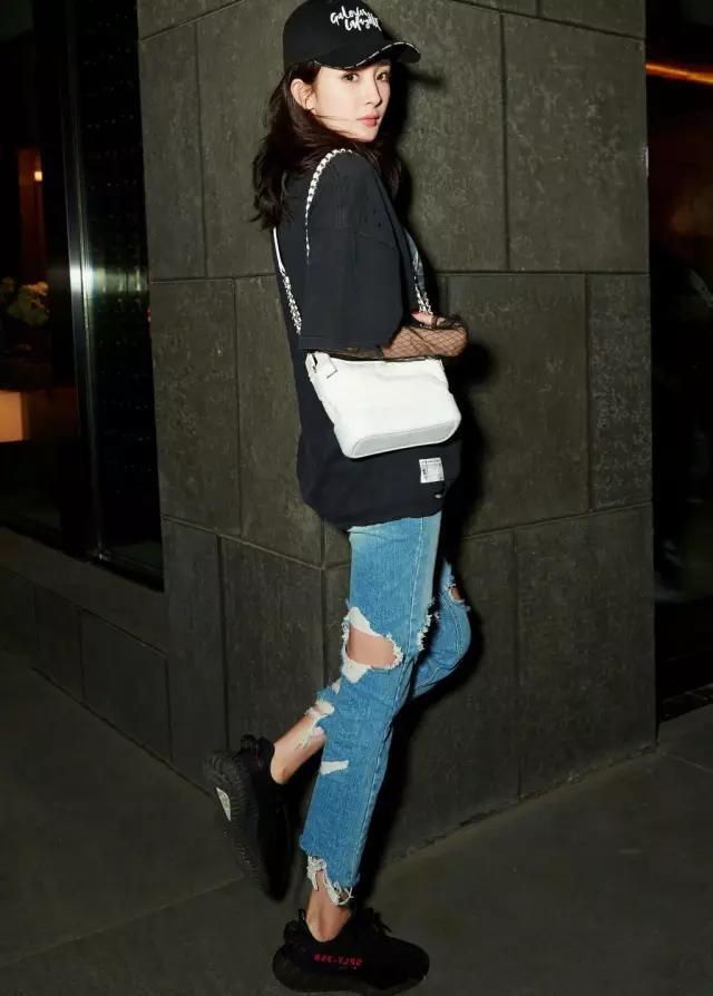My nhan Hoa ngu dien jeans rach day ca tinh hinh anh 3