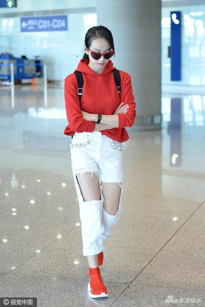 My nhan Hoa ngu dien jeans rach day ca tinh hinh anh 7