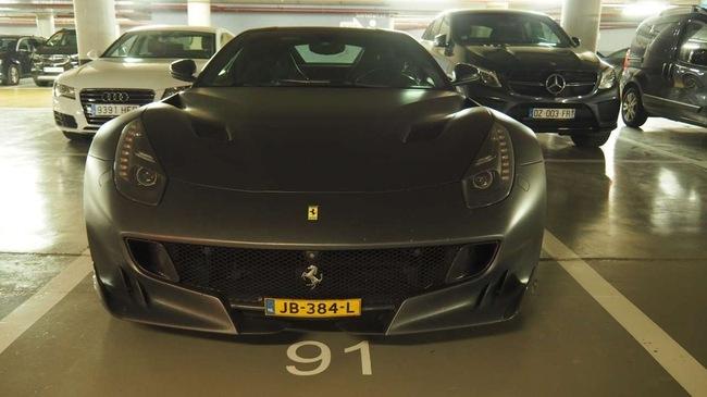 Hàng hiếm Ferrari F12tdf màu đem nhám lạ mắt xuất hiện tại Barcelona