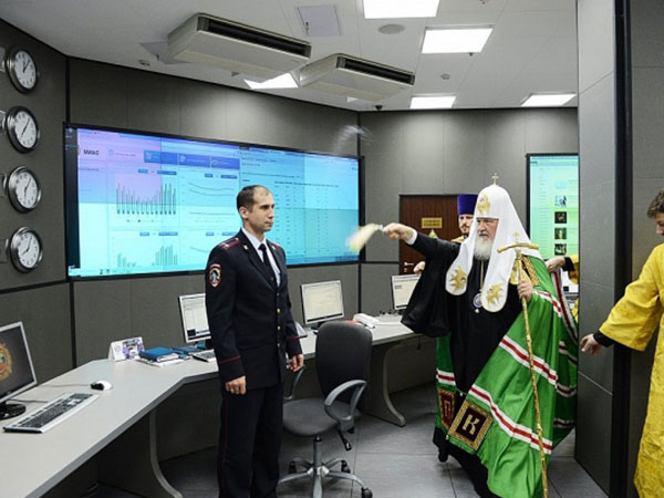 Giáo trưởng người Nga vẩy nước thánh lên máy tính để chống lại WannaCry