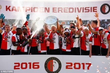 Giúp Feyenoord lên ngôi, tiền đạo kỳ cựu Dirk Kuyt tuyên bố treo giầy ảnh 1