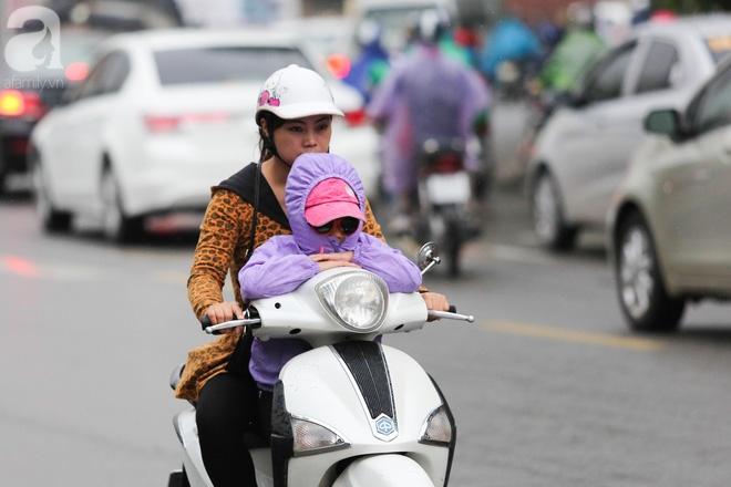 Hà Nội: Người đi đường co ro vì đầu hè bất ngờ trở lạnh như mùa đông - Ảnh 1.