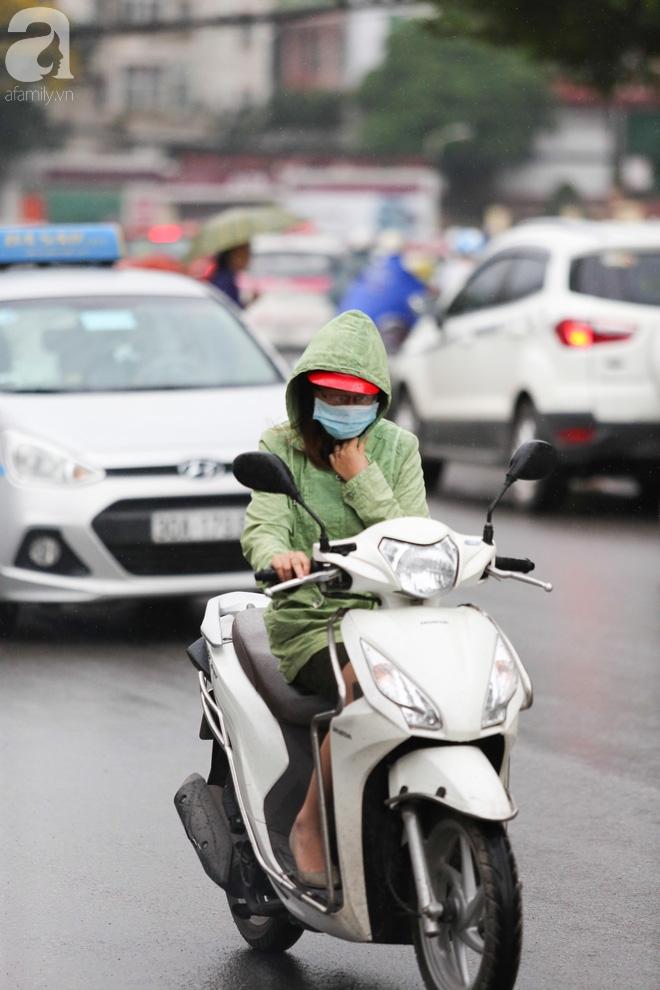 Hà Nội: Người đi đường co ro vì đầu hè bất ngờ trở lạnh như mùa đông - Ảnh 2.