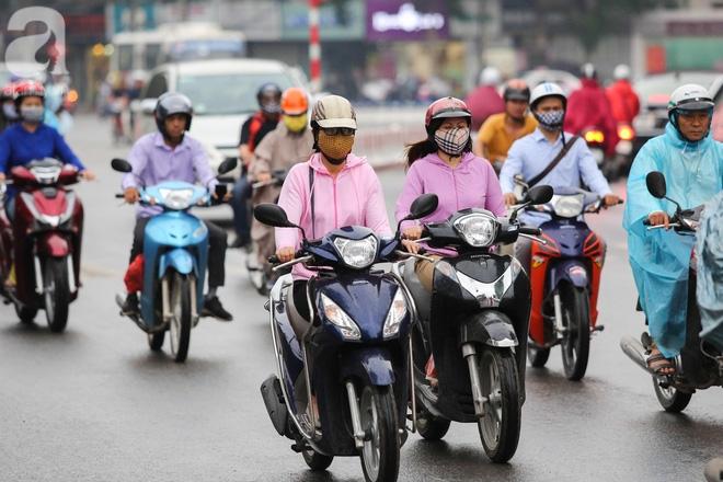 Hà Nội: Người đi đường co ro vì đầu hè bất ngờ trở lạnh như mùa đông - Ảnh 3.