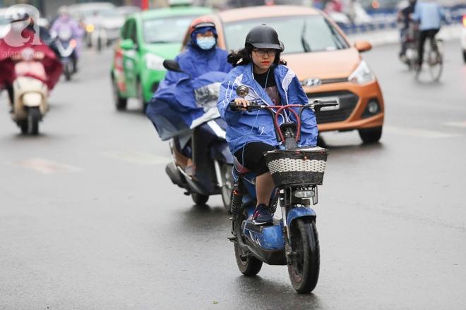 Hà Nội: Người đi đường co ro vì đầu hè bất ngờ trở lạnh như mùa đông - Ảnh 4.