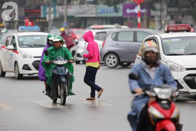 Hà Nội: Người đi đường co ro vì đầu hè bất ngờ trở lạnh như mùa đông - Ảnh 5.