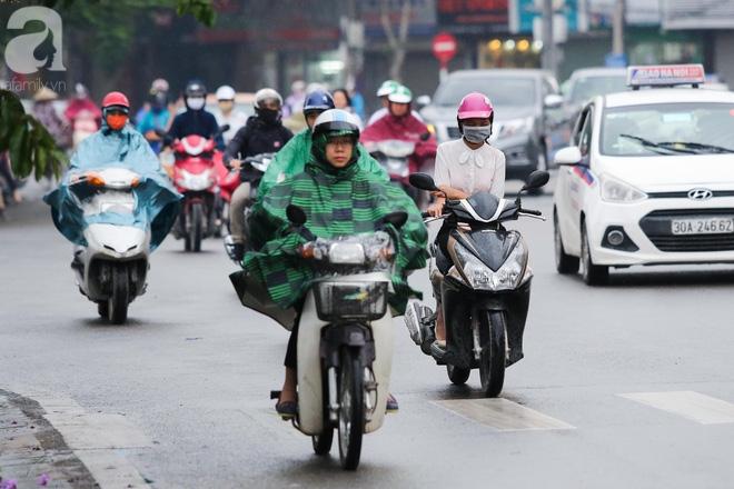 Hà Nội: Người đi đường co ro vì đầu hè bất ngờ trở lạnh như mùa đông - Ảnh 6.