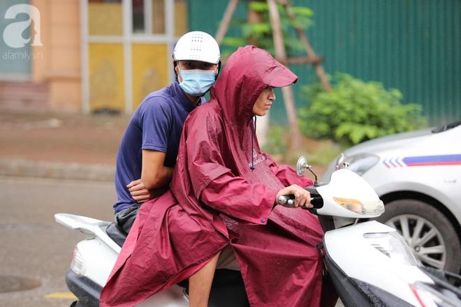 Hà Nội: Người đi đường co ro vì đầu hè bất ngờ trở lạnh như mùa đông - Ảnh 7.